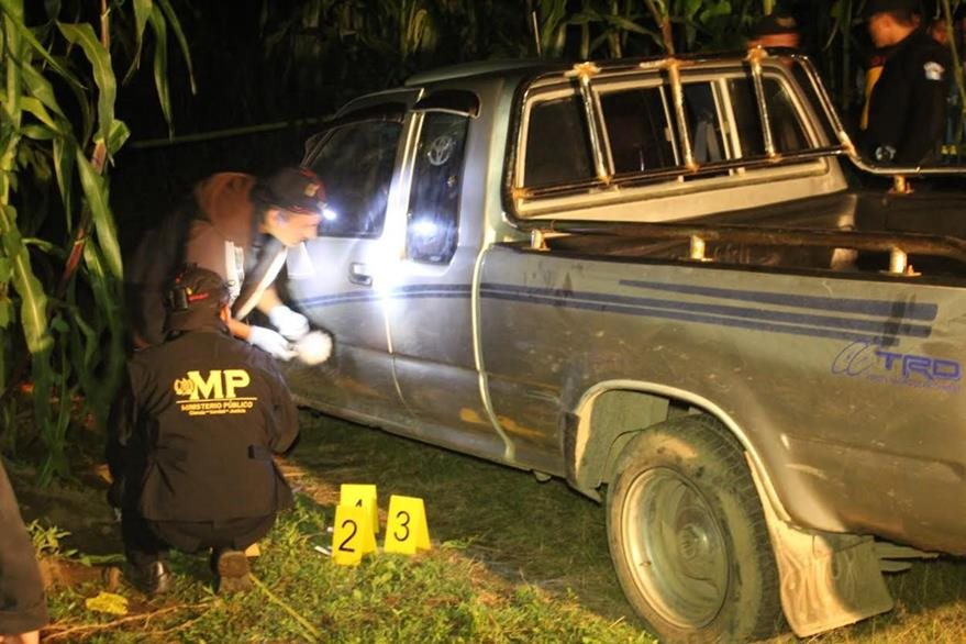 Agentes de la PNC y peritos del MP recaban evidencias en el lugar donde fue hallado el cadáver de un hombre. (Foto Prensa Libre: Ángel Julajuj)