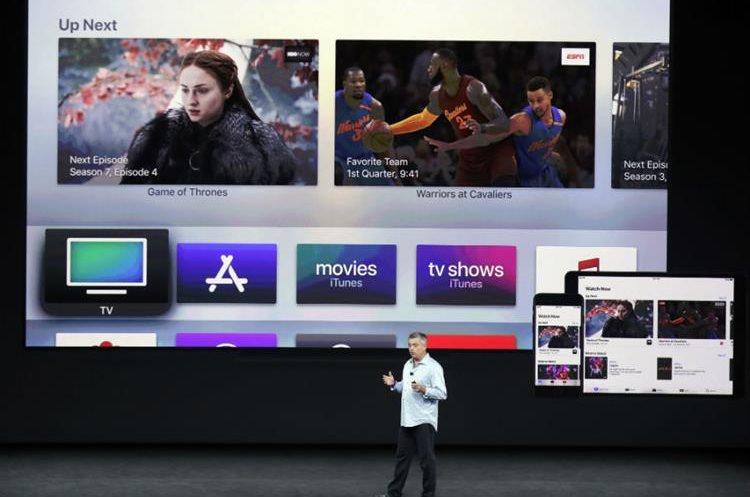 Eddy Cue, vicepresidente senior de software de Apple, muestra el nuevo producto de Apple TV. (Foto Prensa Libre: AP)