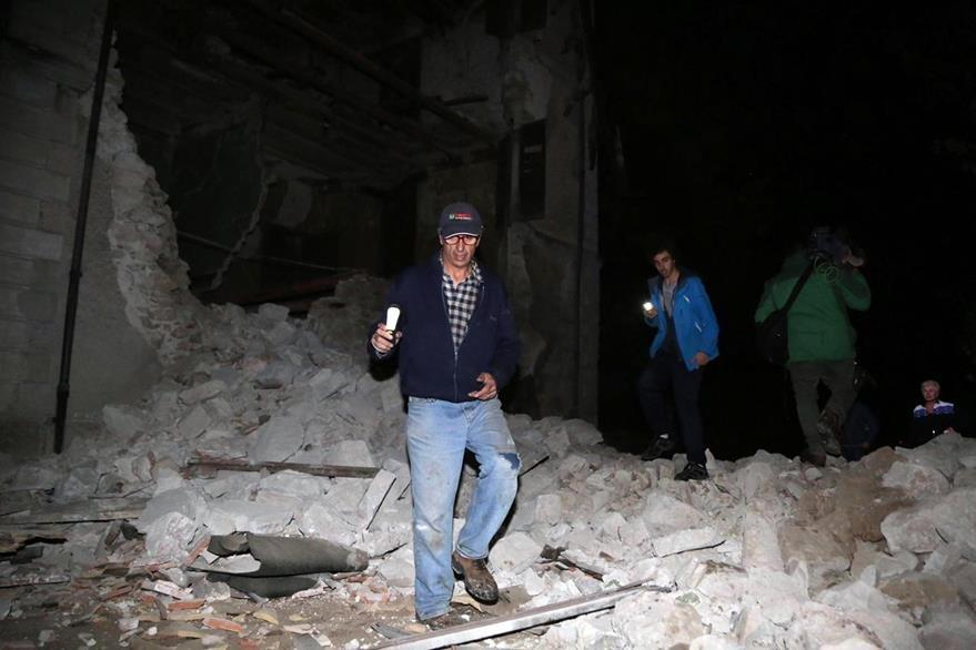 Un hombre observa los escombros que dejó el sismo en Visso, Italia. (Foto Prensa Libre: AP).
