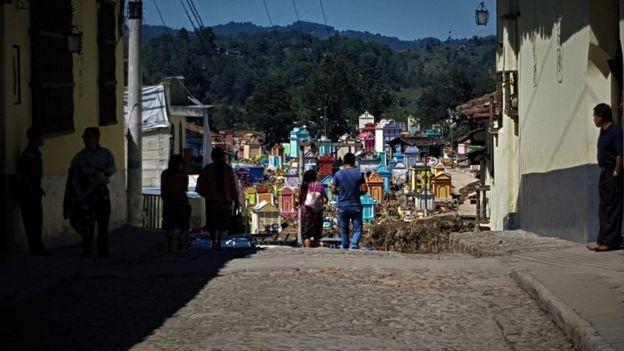 Imagen de la 8.ª calle de Chichicastenango, la que va desde la iglesia de Santo Tomás hasta el cementerio municipal, separados por 400 metros. Foto Roberto Valencia (El Faro).