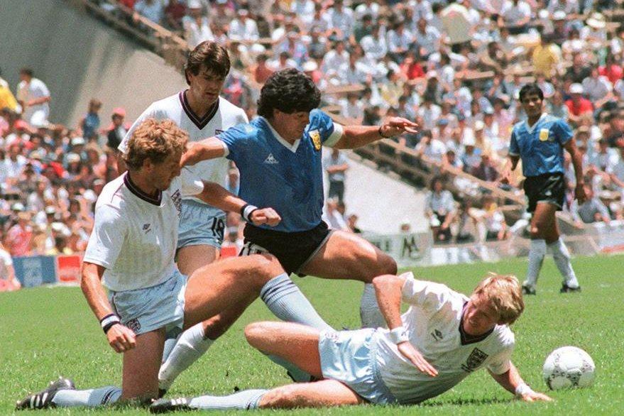 En una espectacular jugada, Maradona sorteó a 6 jugadores ingleses en un espacio de 60 metros anotando el segundo gol que le dió la victoria a Argentina en México 86.  (Foto: AFP)