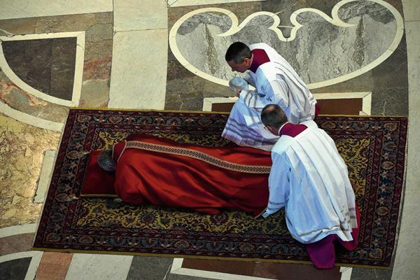 El Sumo Pontífice  ora durante unos minutos ante el Altar de la Confesión.  (Foto Prensa Libre:AFP)