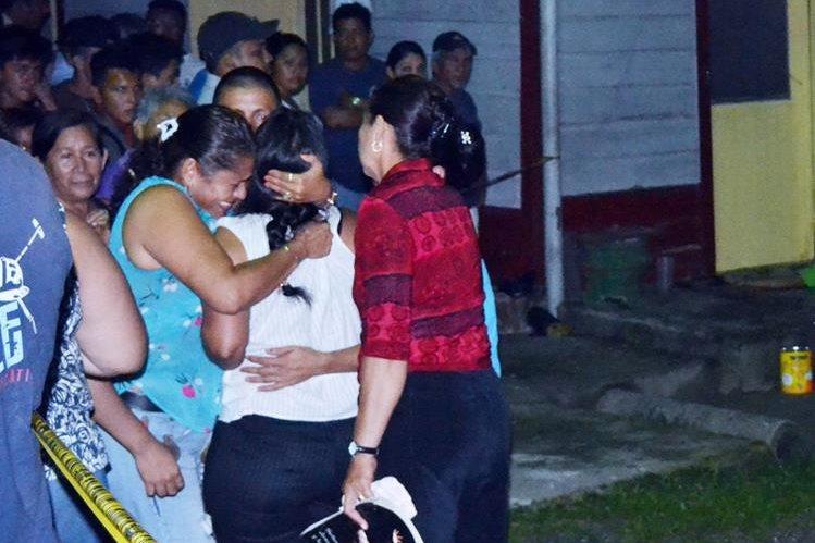 Familiares de hombre que murió a balazos, en Puerto Barrios, Izabal, reconocen cadáver de la víctima. (Foto Prensa Libre: Edwin Perdomo)