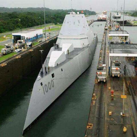 Una unidad acuática de la Marina de Estados Unidos cruza el Canal de Panamá. (Foto Prensa Libre: Cortesía)