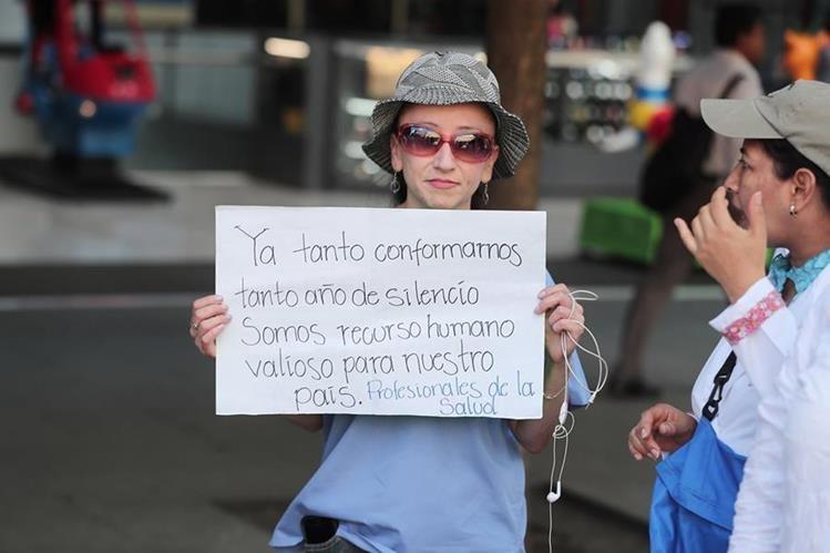 Los profesionales de la salud exigen una mejora salarial. (Foto Prensa Libre: Juan Diego González)