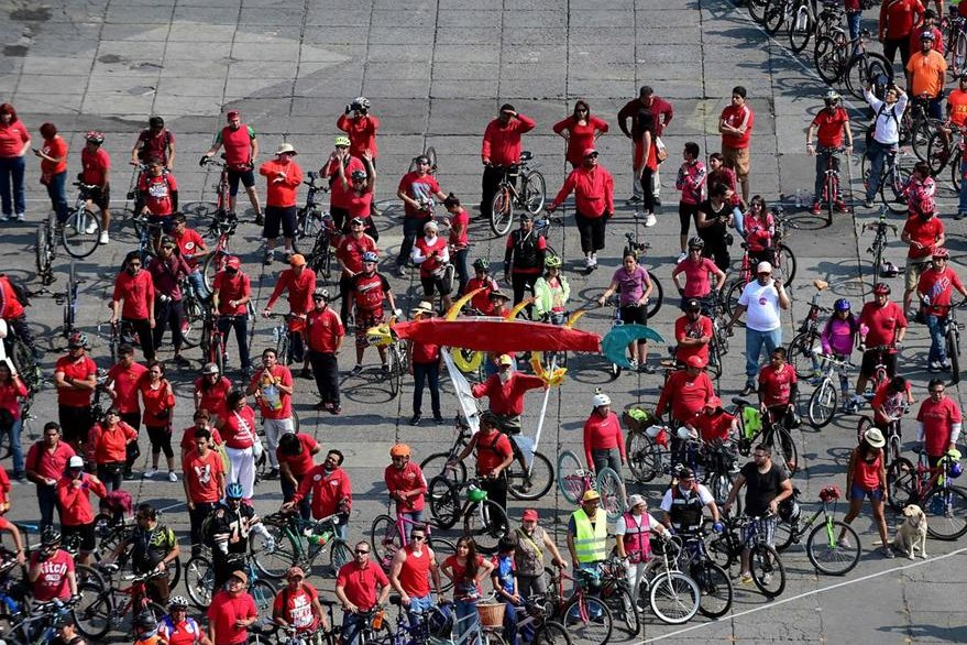 Ciclistas promueven el uso de la bicicleta como una alternativa verde contra la contaminación del aire. (Foto Prensa Libre: AFP).