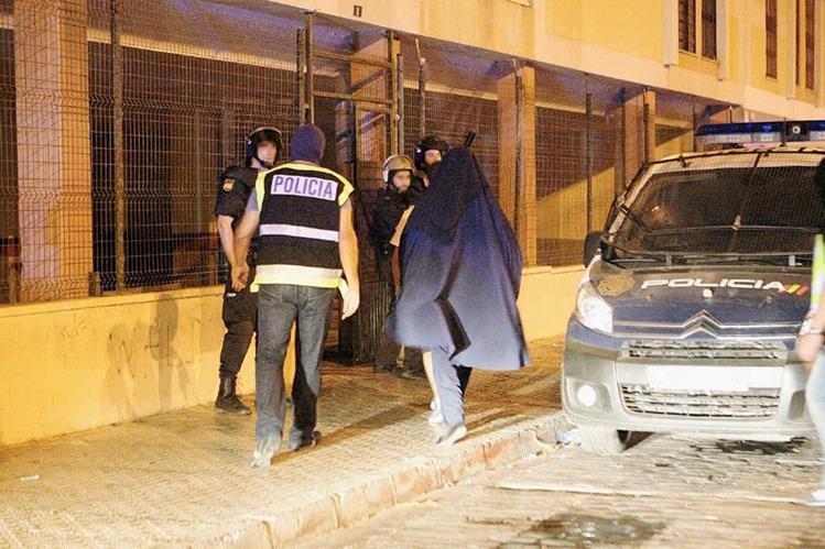 Momento en el que fue detenido el hombre en Melilla, acusado de reclutar mujeres para el EI. (Foto Prensa Libre: EFE).