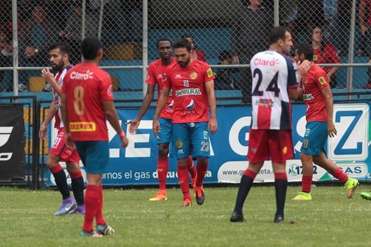 Carlos Kamiani Félix (centro) no terminó satisfecho el partido. (Foto Prensa Libre: Norvin Mendoza)