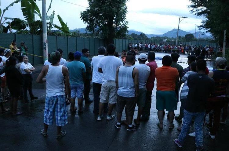 Vecinos que llegaron al lugar del accidente aseguran que la falta de señalización y el exceso de velocidad son causas de accidentes en moto, en Escuintla. (Foto Prensa Libre: Carlos Enrique Paredes)