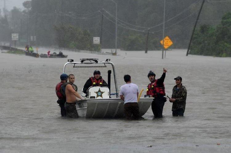 Personas se acercan a solicitar ayuda a un vehículo sumergible.