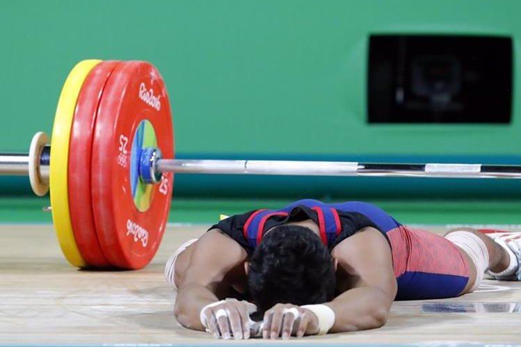 Sinphet Kruaithong luego de su participación en el Levantamiento de pesas en los -56kg. (Foto Prensa Libre: EFE)