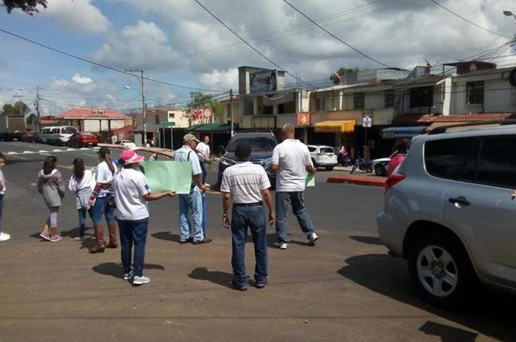 Vecinos se manifiestan en la zona 2, por la tala de árboles para construir un proyecto habitacional. (Foto Prensa Libre: Esbin García)