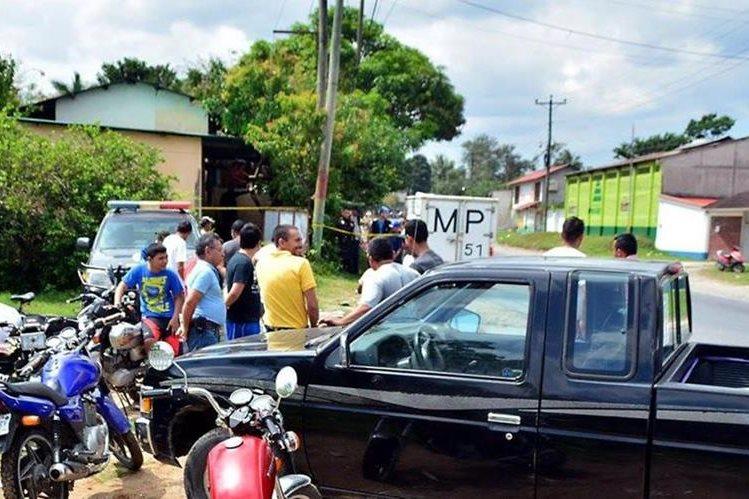 Autoridades recaban evidencias en Los Amates, Izabal, donde un hombre fue ultimado el 13 de este mes. (Foto Prensa Libre: Hemeroteca PL).