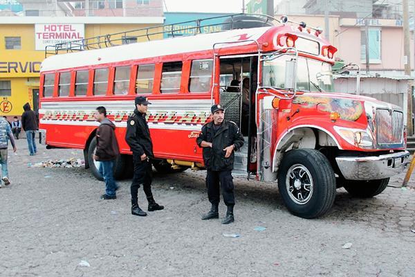 Agentes de la PNC patrullan en la terminal de buses de Santa Cruz del Quiché, como parte del plan de seguridad a causa de las extorsiones. (Foto Prensa Libre: Óscar Figueroa)