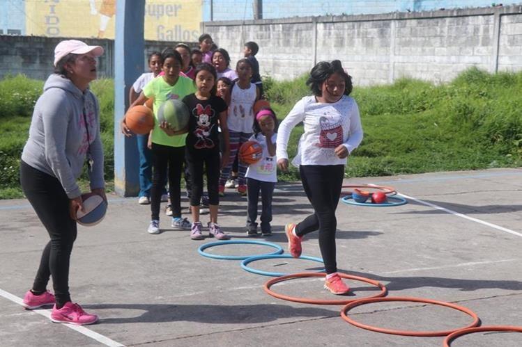 Niños y niñas participan en curso en la Escuela Justa González de San Pedro Sacatepéquez, San Marcos. (Foto Prensa Libre: Whitmer Barrera).