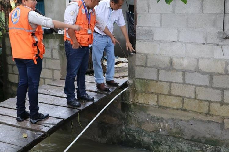 Autoridades señalan hasta dónde llegó el nivel del agua.(Foto Prensa Libre: Rigoberto Escobar)