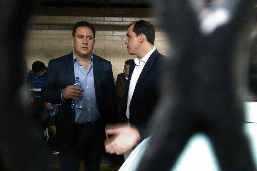 Gustavo Alejos conversa con Dwight Pezzarossi, en la carceleta de la Torre de Tribunales. (Foto Prensa Libre: Estuardo Paredes)