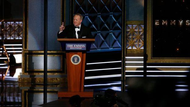 Sean Spicer, el exsecretario de Prensa de la Casa Blanca, hizo una breve aparición en la ceremonia antes de la entrega de premios. REUTERS