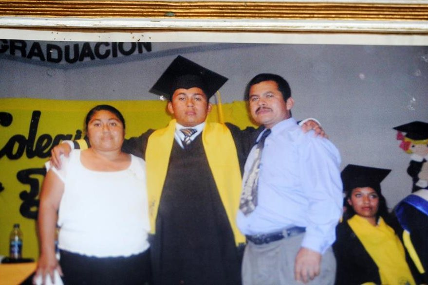 Fotografía del recuerdo de la graduación de Kevin junto a sus padres. (Foto Prensa Libre: Edwin Fajardo)