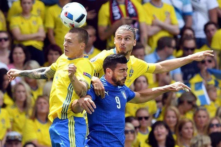 Acción durante el partido entre Italia y Suecia. (Foto Prensa Libre: EFE)