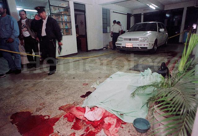 Escena del crimen de monseñor Juan Gerardi en el interior de la casa parroquial de San Sebastián, zona 1 el 26 de abril de 1998. (Foto: Hemeroteca PL)