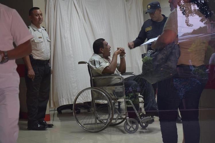 Agente de la PNC recoge las declaraciones de uno de los atacados en el hospital del Seguro Social de la cabecera de Escuintla. (Foto Prensa Libre: Carlos Enrique Paredes)