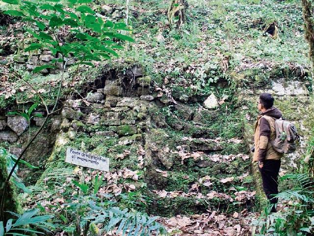 Los visitantes pueden observar los vestigios de una ciudad maya.
