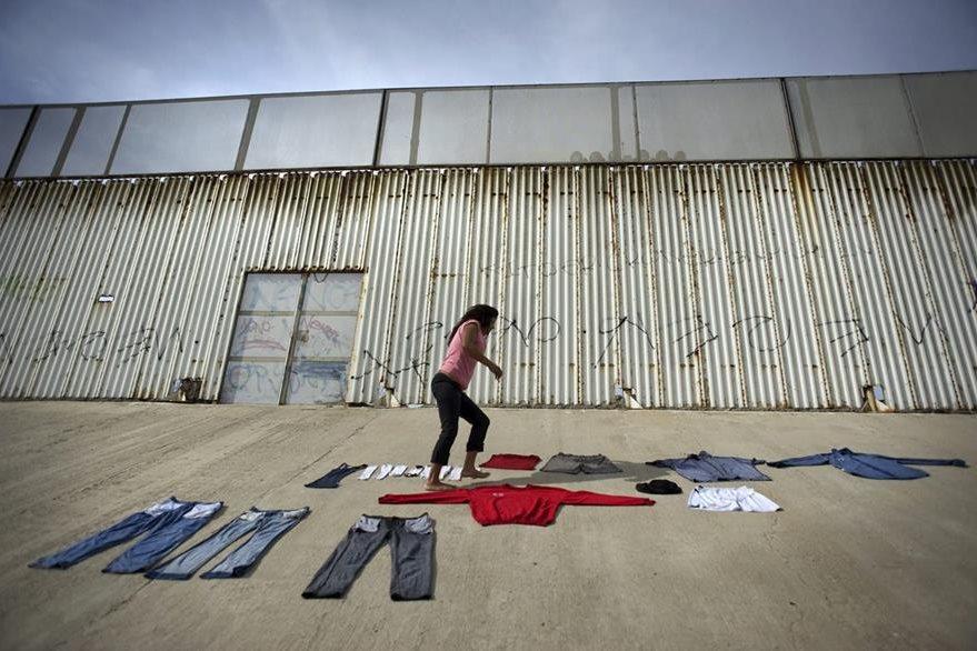 Ropa abandonada por los inmigrantes en la frotera entre EE. UU. y México. (Foto Prensa Libre: EFE).