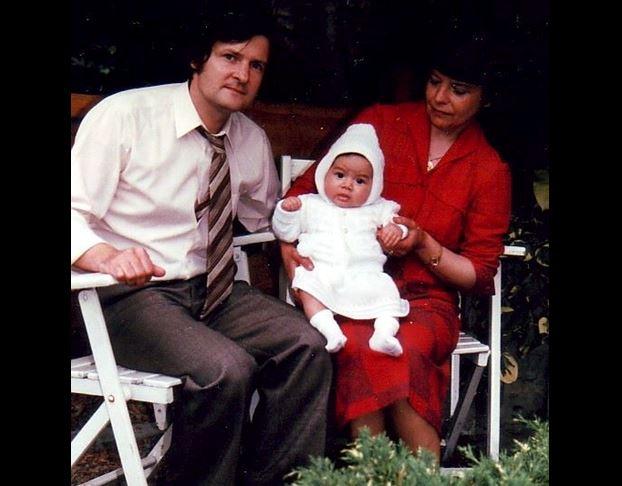 Delhine Magnée junto a sus padres adoptivos María José y Philippe cuando tenía 1 año de nacida.