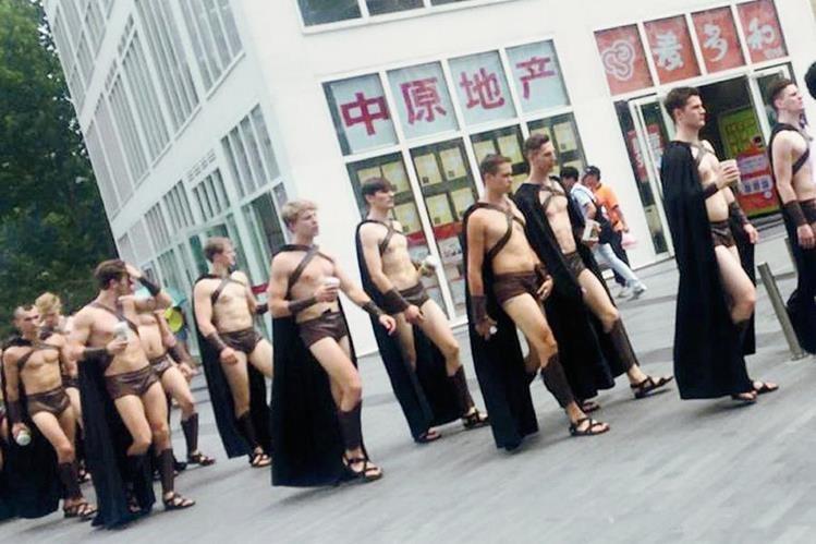El grupo de modelos al parecer, provocaron problemas de tráfico cuando la gente se agolpó para fotografiarles. (Foto Prensa Libre:AP)