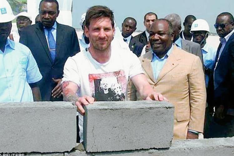 Messi colocó la primera piedra del estadio Port Gentil de Gabón el pasado sábado. (Foto Prensa Libre: Reuters)