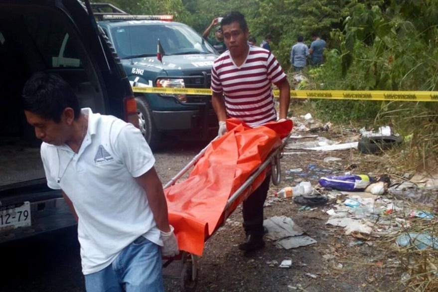 Forenses trasladan el cadáver de un sacerdote asesinado en México. (Foto Prensa Libre: AFP).