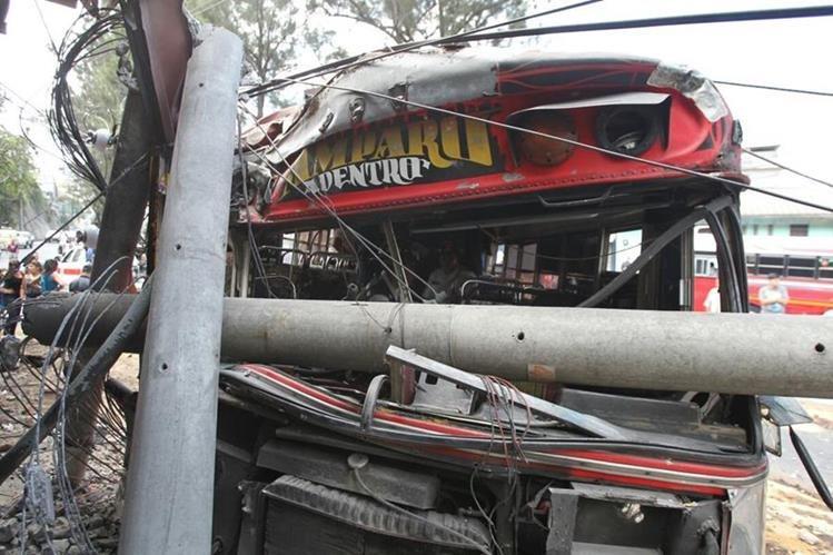 Un accidente de bus que ocurrió en la zona 3 capitalina dejó un muerto y tres heridos. (Foto Prensa Libre: Eric Ávila)