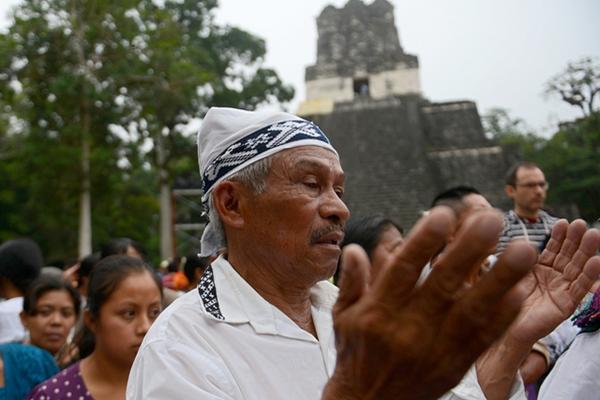 """<p>Un sacerdote maya participa en una ceremonia del fin del Baktún 13, con el Templo II al fondo. (FOTO PRENSA LIBRE: AFP)<br _mce_bogus=""""1""""></p>"""