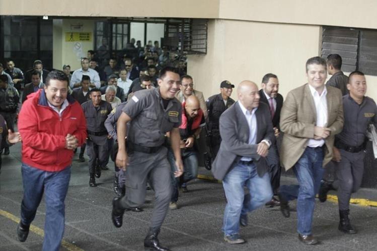 La carrera por ocupar un lugar en el bus del Sistema Penitenciario arrancó en el sótano de la Torre de Tribunales, (Foto Prensa Libre: E. Bercian)