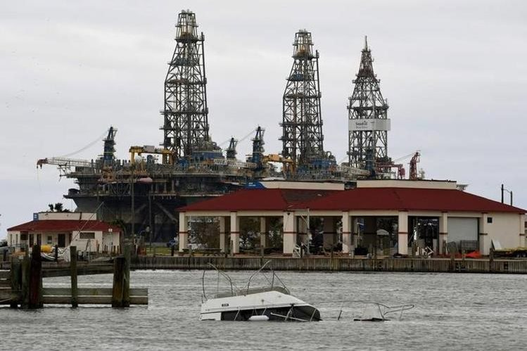 Industria de Petróleo en peligro por huracán Irma. (Foto Prensa Libre: AFP)
