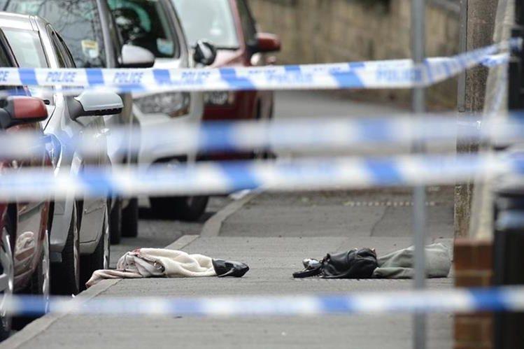 Algunas pertenencias de la legisladora Jo Cox se observan en lugar donde sufrió el ataque armado. (Foto Prensa Libre: AFP).