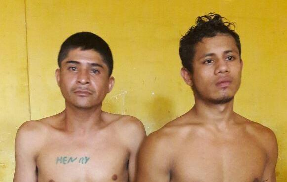 Henry Wilfredo Paredes Hernández, de 32 años, y Marcos Isaías Arévalo Tello, 21, fueron capturados sindicados de extorsionar y asesinar a pilotos de transporte público. (Foto Prensa Libre: Melvin Popá)