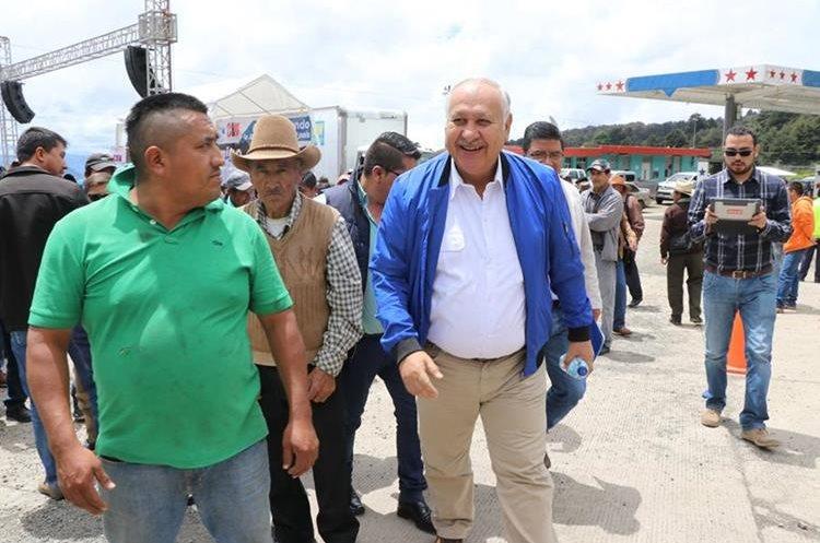 El ministro de Comunicaciones y varios alcaldes estuvieron en el acto de inauguración. (Foto Prensa Libre: Whitmer Barrera)