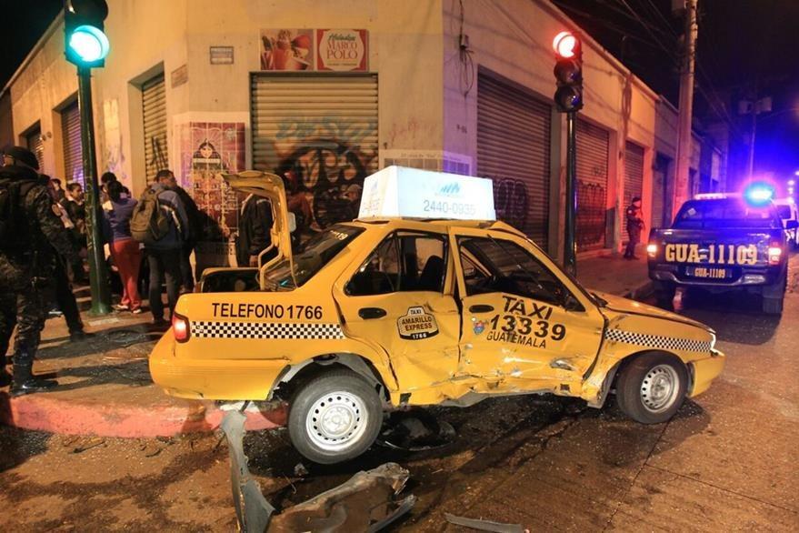 Piloto y pasajera del taxi resultaron heridos. (Foto: Esbin García)