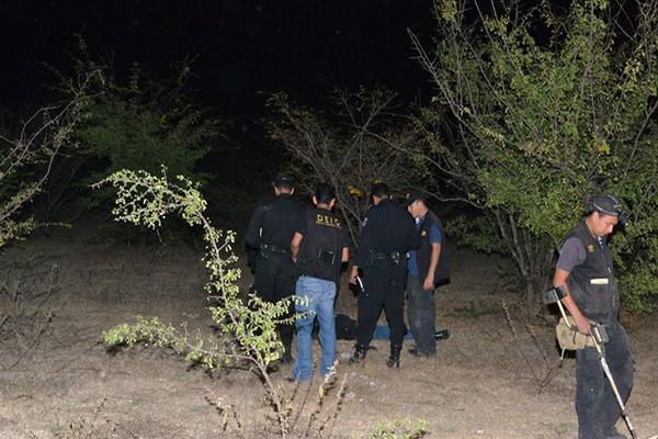 <p>Los fiscales y la Policía inspeccionan la escena donde fue encontrado un hombre con heridas de arma blanca en el cuello. (Foto Prensa Libre: Erick de la Cruz)<br></p>