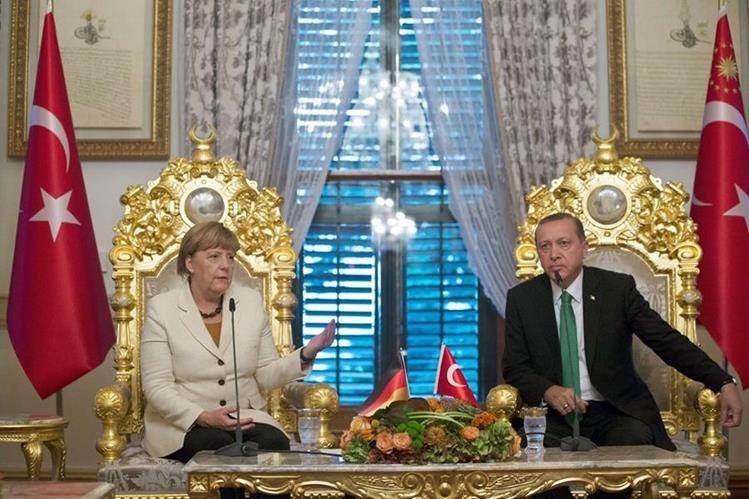 Ángela Mérkel, canciller alemana, se reúne con el presidente turco, Recep Tayyip Erdogan, para tratar la criris migratoria. Foto Prensa Libre: (AFP)