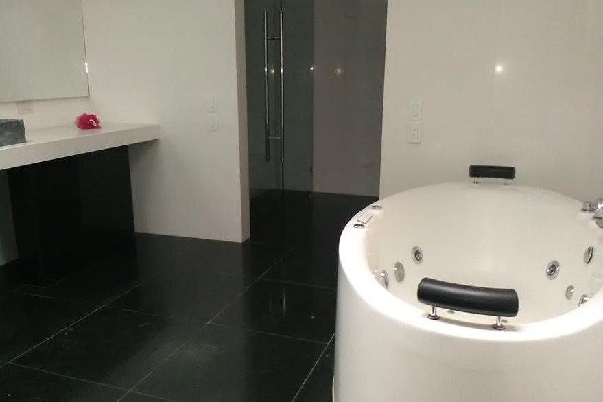 Bañeras con sistema de hidromasaje están instaladas en los cuartos de baño de la residencia de la exvicepresidenta Roxana Baldetti. (Foto Prensa Libre: MP)
