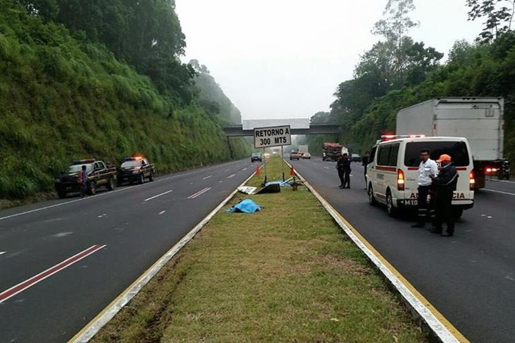 Los cuerpos de las víctimas quedaron en el arriate central de la autopista. (Foto Prensa Libre: Enrique Paredes).