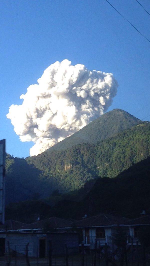 Humo y ceniza expulsados por el volcán Santiaguito se observan desde varias comunidades.