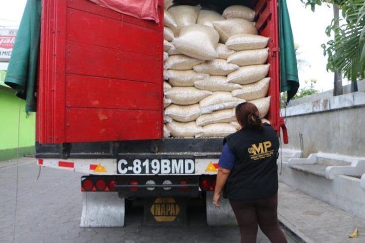 Una fiscal del MP cuenta los quintales de maíz de contrabando. (Foto Prensa Libre: Rolando Miranda)