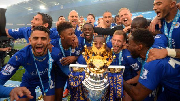 Los jugadores del Leicester celebran con el trofeo que certificó el título conseguido en la Liga Premier. (Getty Images)