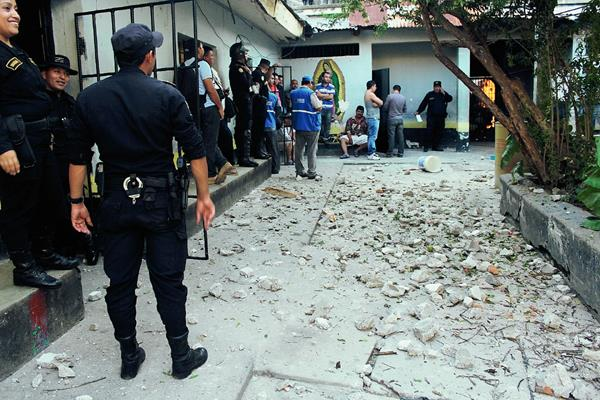 Agentes de la PNC ingresan a la prisión de la ciudad de Jutiapa para poner orden mientras se desarrollaba un diálogo entre autoridades y los inconformes. (Foto Prensa Libre: Óscar González)
