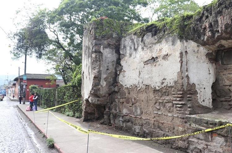 Edificios emblemáticos, viviendas y otras estructuras, resultaron dañados con el sismo de este jueves de magnitud 6.7 grados Richter. (Foto Prensa Libre: Renato Martinez)