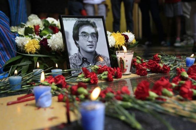 Homenaje al líder estudiantil Oliverio Castañeda de León, ultimado el 20 de octubre de 1978 en el Portal del Comercio. (Foto Prensa Libre: Carlos Hernández Ovalle)